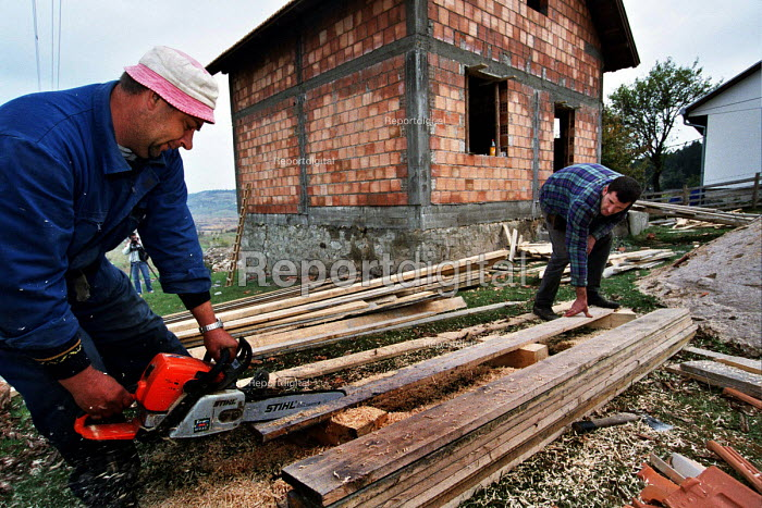 Serbs returning to their villages in Bosnia under a UNHCR repatriation programme having been refugees in Serbia since the war in 1992-1995. Of around 1,000 Serb refugees before the war in the village only ten per cent have returned home. Nisici village, Bosnia. 2003 - Andrija Ilic - 2003-07-01