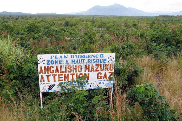 Sign warning of the dangers of volcanic gases which have resulted in the deaths of refugees and other displaced peoples who tried to shelter in this region near Goma, DR Congo 2004 - Boris Heger - 2004-09-01