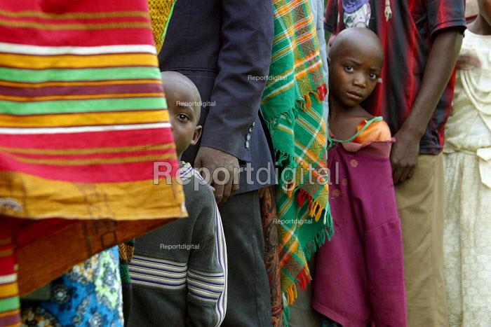 Rwandan refugees returning home from Uganda under a UNHCR programme arrive at a transit camp to be registered. Rwanda 2004 - Boris Heger - 2004-09-01