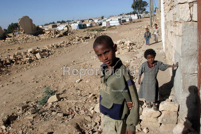 Ethiopian children in the town of Zala Anbessa largely destroyed in the border war between Ethiopia and Eritrea, Ethiopia 2004 - Boris Heger - 2005-09-06