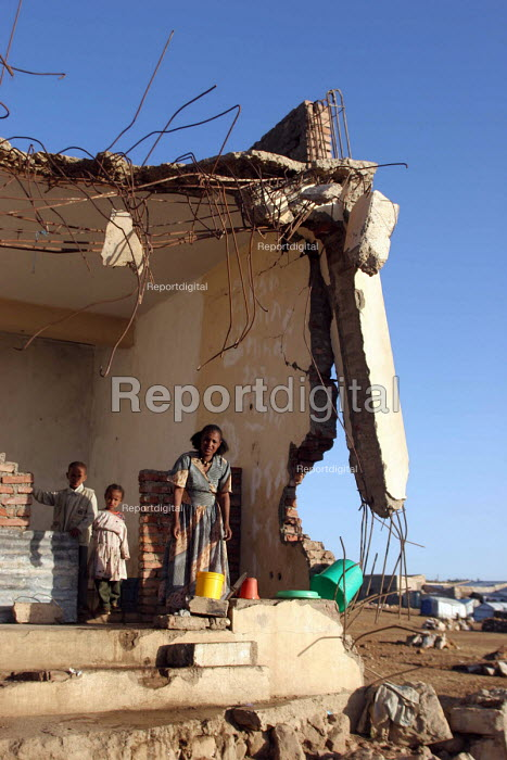 A family in the town of Zala Anbessa largely destroyed in the border war between Ethiopia and Eritrea, Ethiopia 2004 - Boris Heger - 2005-09-06