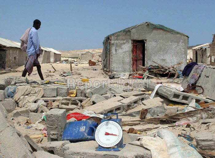 Villages damaged by the Tsunami which caused damage on the east African coast. Somalia 2005 - Howard Davies - 2005-09-06