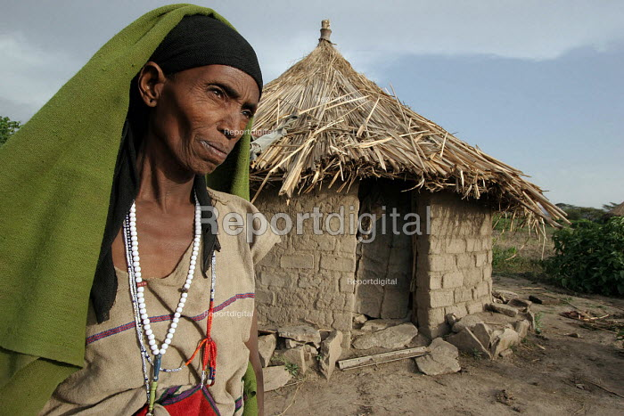 A widow outside her house in a typical Ethiopian village. Ethiopia 2005 - Boris Heger - 2005-06-27