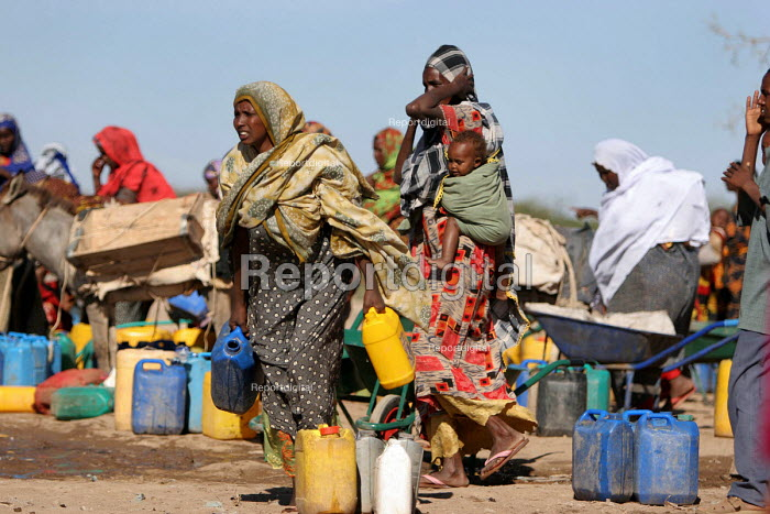 Somali refugees collecting water, Aisha refugee camp, Ethiopia 2005 The provision of clean drinking water prevents water borne disease. - Boris Heger - 2005-09-06