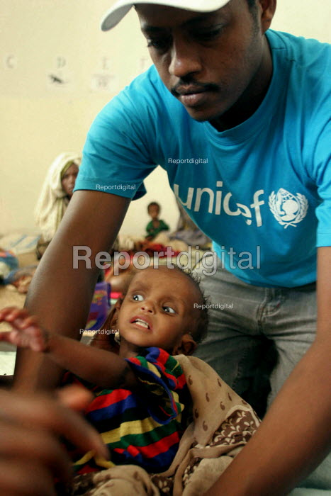 A UNICEF aid worker at a feeding centre for malnourished children in Eastern Ethiopia. The children receive high protein supplements to assist in their recovery. Ethiopia 2005 - Boris Heger - 2005-09-06