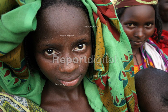 Refugees who have fled across the border from conflict in the Central African Republic ( CAR ) arrive in Chad where they are registered and assisted by aid workers from UNHCR. Chad 2005 - Boris Heger - 2005-09-17