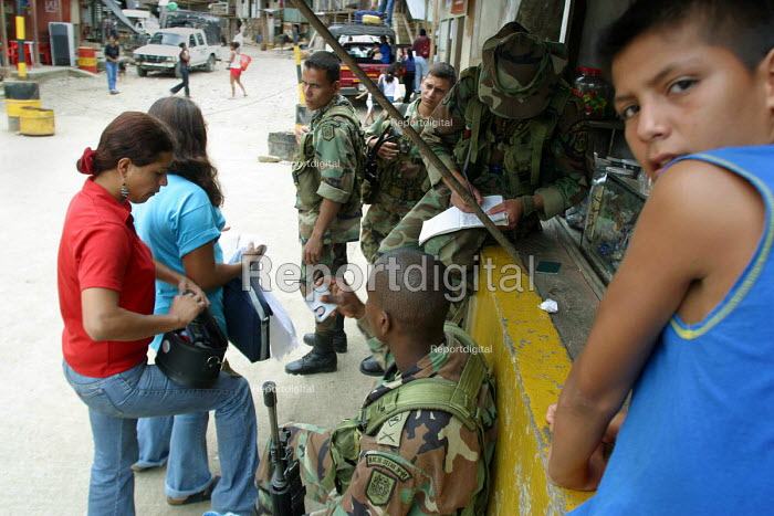 Colombian asylum seekers have their papers checked crossing the border over San Miguel bridge into Ecuador. Ecuador 2004 - Boris Heger - 2004-09-01