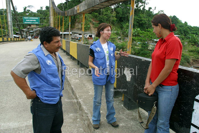 Columbian asylum seeker with UNCHR workers at San Miguel bridge, the border between Colombia and Ecuador. Ecuador 2004 - Boris Heger - 2004-09-01