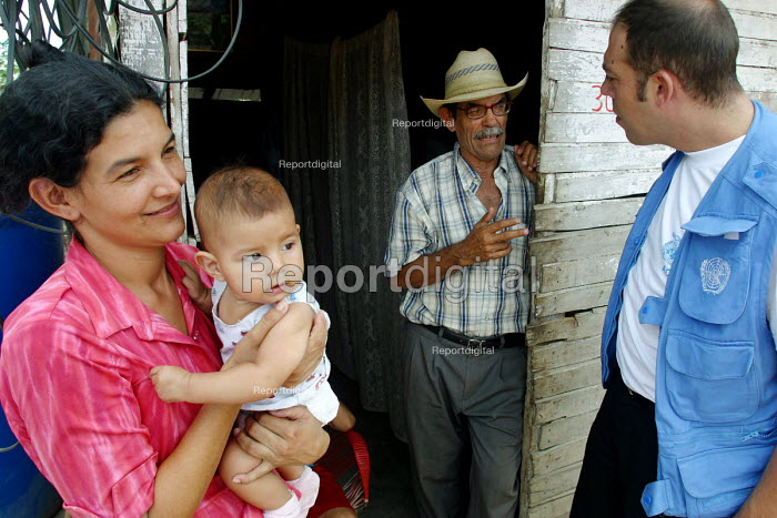 UNHCR workers visit Colombian refugees who are living in a shantytown with no running water and high rates of malnutrition. Urena, Venezuela 2004 - Boris Heger - 2004-09-01