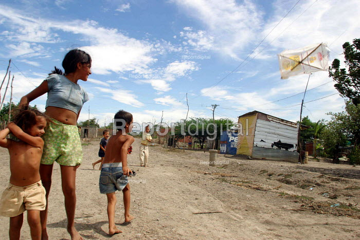 Colombian refugee families live in a shantytown without running water with high rates of malnutrition. Urena, Venezuela 2004 - Boris Heger - 2004-09-01