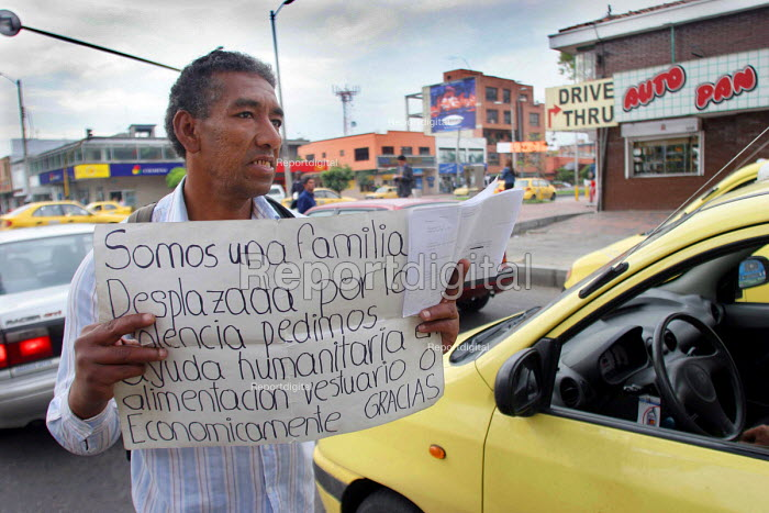 Colombian man begging by the roadside. There are two million displaced persons in Colombia, many of whom have moved to the big cities where they live in very poor conditions in slum areas. Bogota, Colombia 2004 - Boris Heger - 2004-09-01