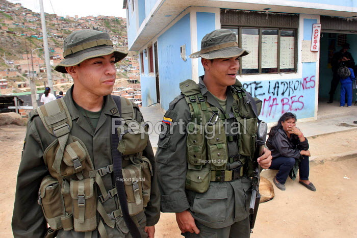 Special Security forces on patrol in the most dangerous shantytown of the Bogota suburbs during a visit by UN officials. Bogota, Colombia 2004 - Boris Heger - 2004-09-01