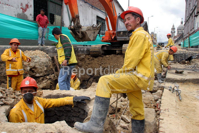 Construction workers in Bogota. The city is developing rapidly with a fast growth in construction and the centre has changed considerably in recent years. Bogota, Colombia 2004 - Boris Heger - 2004-09-01