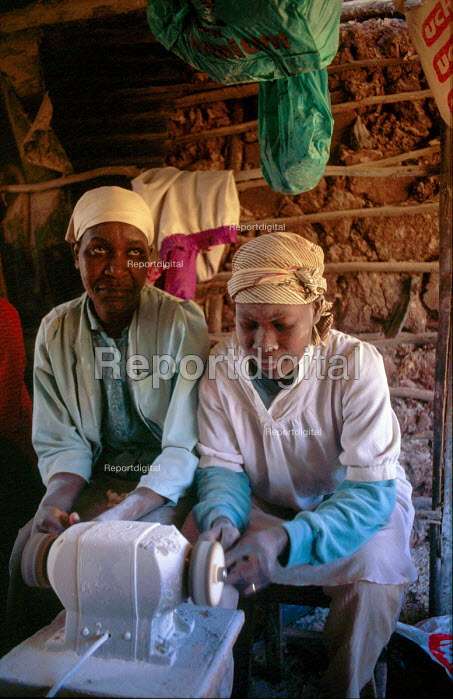 Small business workshop in Kibera shanty, home to thousands of poor Kenyans. Nairobi, Kenya. 2000 - Howard Davies - 2000-06-05