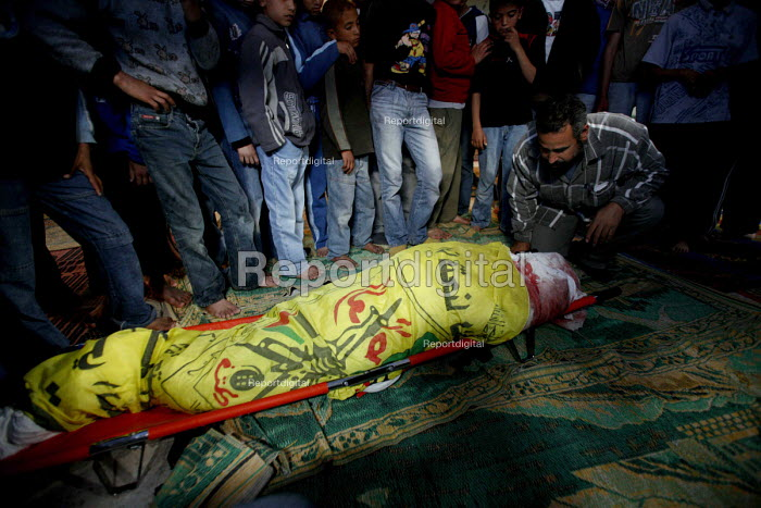The funeral of Yasser Abu Jarad, 28 years old in Gaza. He lays in a Mosque before his burial. A driver for the Palestinian police force, he was killed by shelling from Israeli forces in the north of the Gaza Strip. Gaza 2006 - Thomas Morley - 2006-04-09