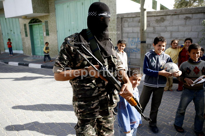 A militant of the Al-Aqsa brigade with Palestinian children in northen Gaza. - Thomas Morley - 1997-04-05