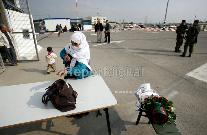 A Palistinian women with permission to visit her husband in prison has her bags checked again after passing through the Israeli side of Eretz check point. Gaza 2006 - Thomas Morley - 2006-04-23