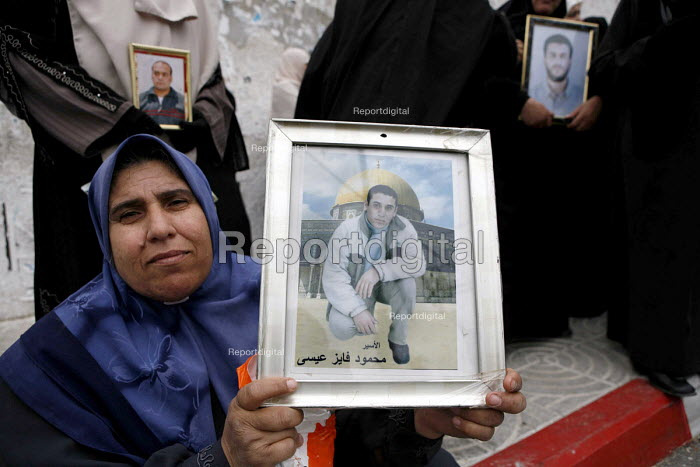 On Political Prisoners Day Palestinian women carry photographs of their husbands and sons who are held as Israeli prisoners, demanding they be let free. Gaza 2006 - Thomas Morley - 2006-04-21
