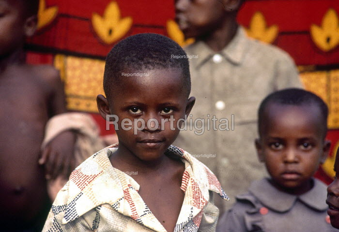 Hutu families displaced by the civil war in an IDP camp,where they are asisted by UNICEF. Burundi. 1995 - Howard Davies - 1995-08-04