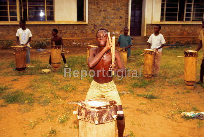 Tutsi street children learn traditional drumming at a project supported by UNICEF. Bujumbura, Burundi. 1995 - Howard Davies - 1995-05-03
