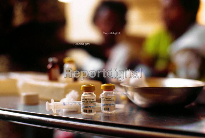 Diptheria vaccination at a health centre assisted by UNICEF. Bujumbura, Burundi. 1995 - Howard Davies - 1995-05-03