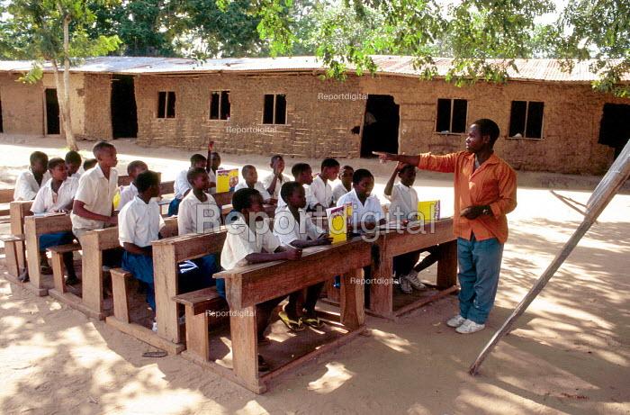 Village school supported by SCF / DFID. Mtwara District, Tanzania. 2000 - Howard Davies - 2000-05-03