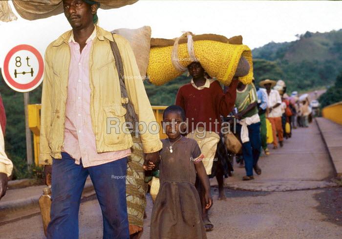 Rwandan refugees returning home across the Rusumo bridge having been refugees in Tanzania for two years. Tanzania - Rwanda border. 1996 - Howard Davies - 1994-05-03