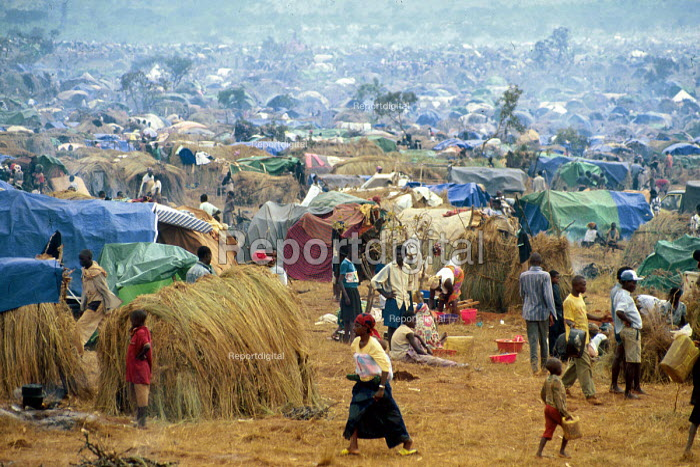 Rwandan refugees after arrival at Benaco camp, Tanzania. 1994 - Howard Davies - 1994-05-03