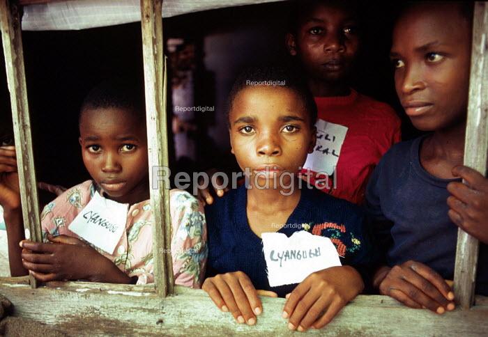 Unaccompanied Rwandan Hutu refugee children in care of SCF / UNHCR await repatriation. The children survived a massacre in revenge for the 1994 genocide. Kisangani, Zaire - Congo 1997 - Howard Davies - 1997-05-03