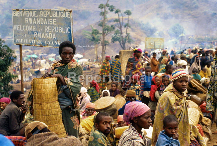Rwandan Hutu refugees crowd onto Ruzizi bridge waiting to cross into Bukavu, Zaire - Congo. 1994 - Howard Davies - 1994-05-03