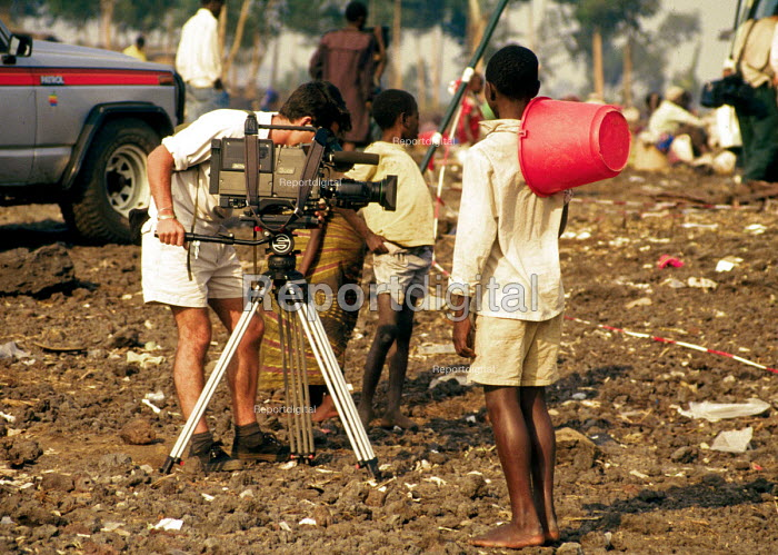 TV media report Rwandan refugee crisis, Munigi camp, Goma, Zaire - Congo. 1994 - Howard Davies - 1994-05-03