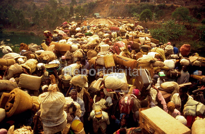Rwandan Hutu refugees crowd onto Ruzizi bridge waiting to cross into Bukavu, Zaire - Congo. 1994 - Howard Davies - 1994-05-03