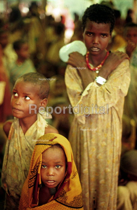 Somali children displaced by civil war and famine in a NGO feeding centre, Bardere, Somalia. 1993 - Howard Davies - 1993-05-03