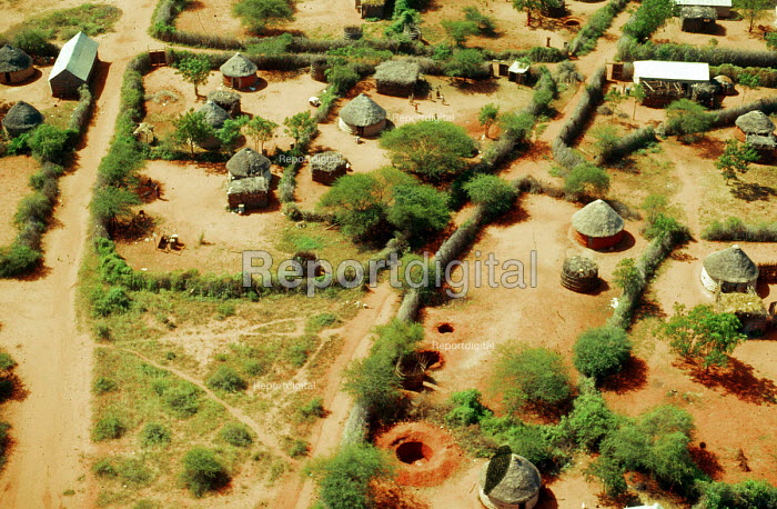 Villages in southern Somalia deserted as Somalis have been displaced by civil war and famine. Somalia. 1993 - Howard Davies - 1993-05-03