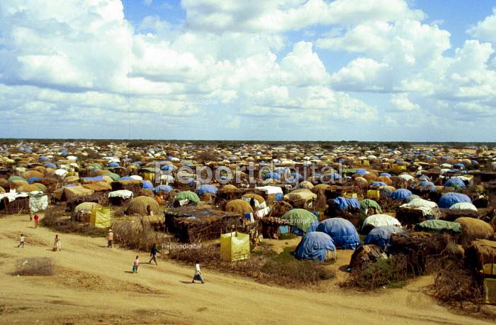 Liboi refugee camp for Somali refugees in northern Kenya. 1993 - Howard Davies - 1993-05-03