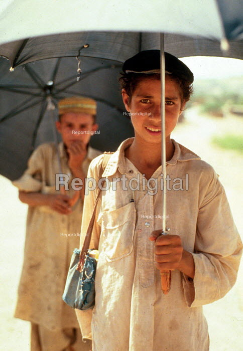 Afghan refugee children on their way to camp school, NWFP Pakistan. 1989 - Howard Davies - 1989-05-03