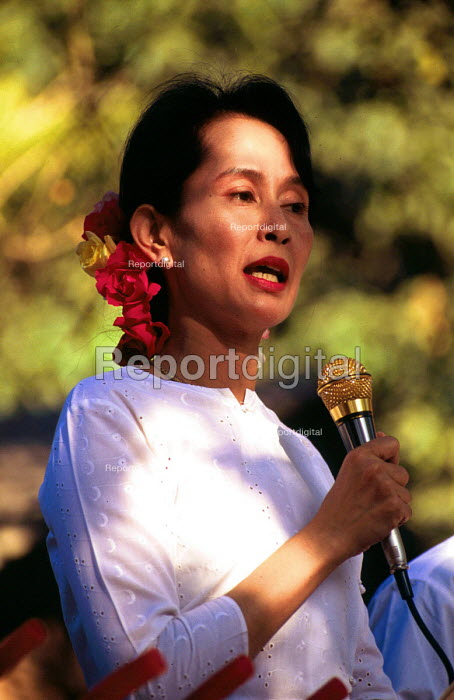 Aung San Suu Kyi speaks to an NLD rally outside her home in Rangoon, Burma. 1996 - Howard Davies - 1996-05-03