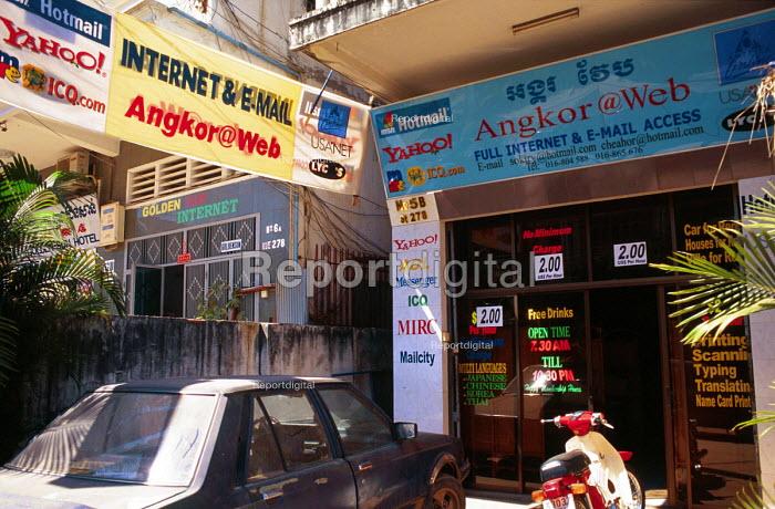 Internet cafe, central Phnom Penh, Cambodia. 2001 - Howard Davies - 2001-05-03