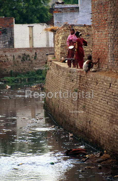 Open sewer in old city. Lucknow, India. 1997 - Howard Davies - 1997-05-03