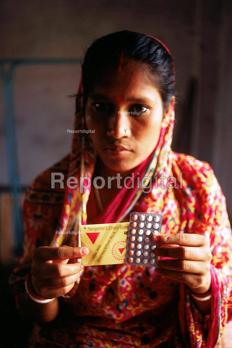 Woman collecting contraceptive pill at a health clinic. Calcutta, India. 1997 - Howard Davies - 1997-05-03