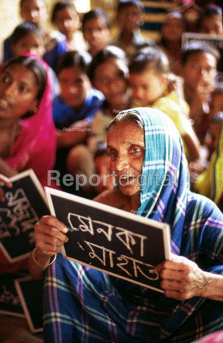 Womens adult literacy class in rural village, a programme funded by DFID. West Bengal, India. 1997 - Howard Davies - 1997-05-03