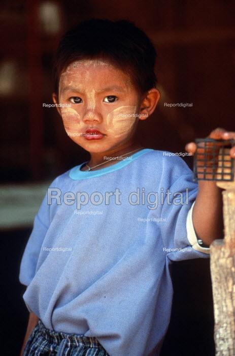 Karenni child at border refugee camp. Camp Three, Thailand. 1996 - Howard Davies - 1996-05-03