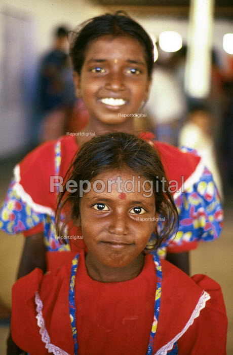 Tamil refugee children returning home having been refugees in India. Mannar Island reception centre, Sri Lanka. 1995 - Howard Davies - 1995-05-03