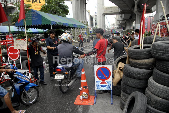 Supporters of Thaksin Shinawatra, the exiled former prime minister of Thailand, check vehicles at barricades established in the centre of Bangkok as part of the red shirt protest opposing the Thai Government, Thailand 2010 The United Front for Democracy against Dictatorship (UDD) - Howard Davies - 2010-04-24