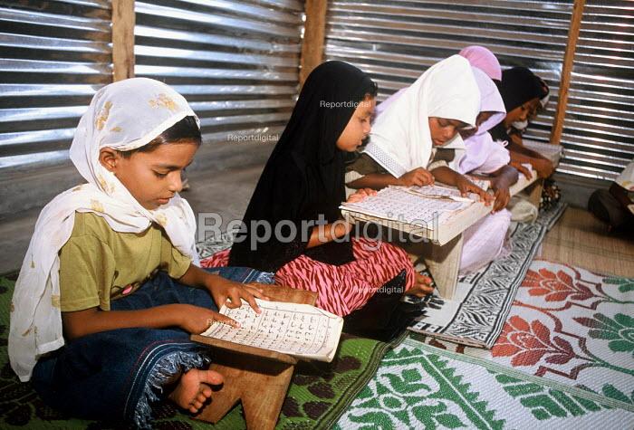 Muslim children learning at a Koran school in a camp for families displaced by the Tsunami, Batticaloa district, Sri Lanka 2005 - Howard Davies - 2005-03-05