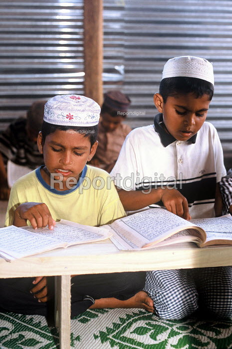 Muslim children learning at a Koran school in a camp for families displaced by the Tsunami, Batticaloa district, Sri Lanka 2005 - Howard Davies - 2005-03-05