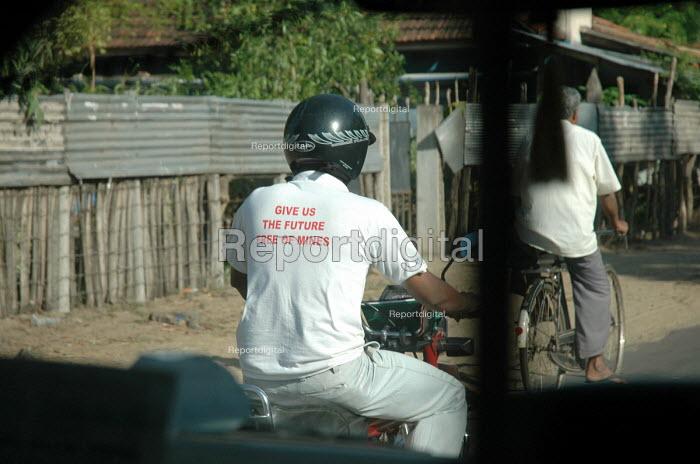 Aid worker wearing a landmines awareness shirt, Batticaloa district, Sri Lanka 2005 - Howard Davies - 2005-03-05