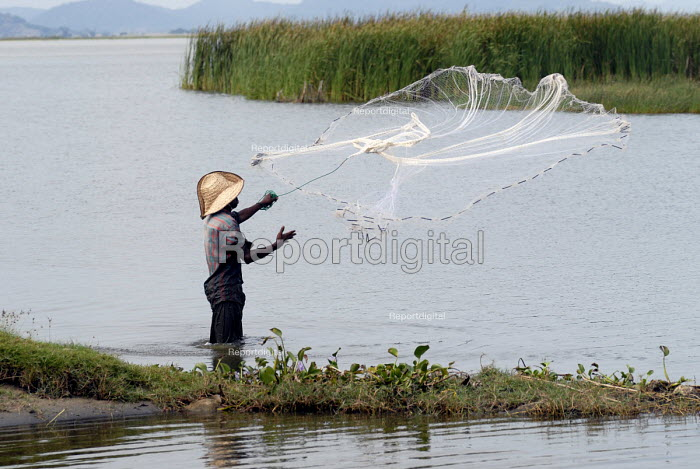 Fishermen using cast nets on a lagoon in the south east coast of Sri Lanka. 2007 - Howard Davies - 2007-10-22