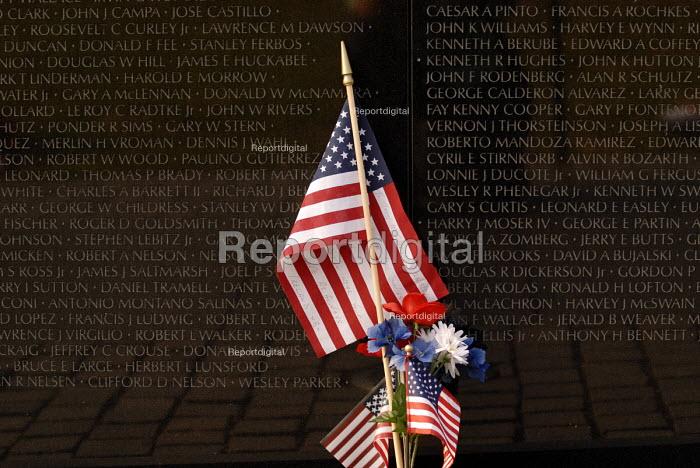 The Vietnam Veterans War Memorial, dedicated to the 58,253 US service men and women who died in the Vietnam War. - Howard Davies - 2006-05-31