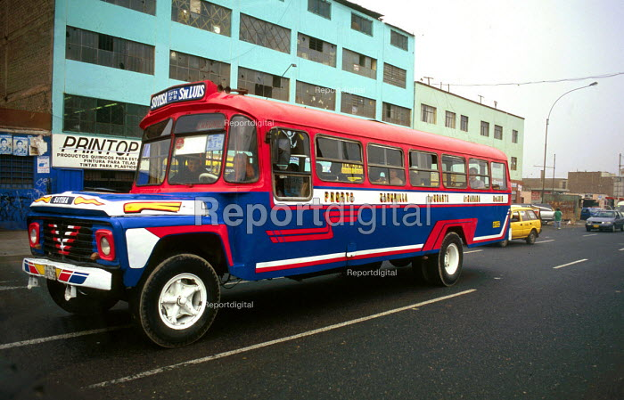 Bus in downtown Lima. - Howard Davies - 1997-08-03